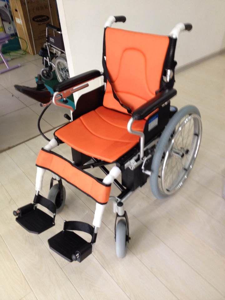 电动代步车会导致臀部血液循环不好从而形成褥疮。一款舒适性高的电动轮椅是什么样的呢? 首先透气性要好比如康扬电动轮椅的KP10智维电动轮椅的8710A、8722等款式座椅都是采用钓鱼线编织而成的网布,其透气性就不言而喻了;  其次,坐面设计很重要,最好是采用人体工学设计,使用者在乘坐时很贴合人体曲线,从而增大了身体和座驾的接触面积从而减少褥疮发生的可能;  第三,作为老年人或残疾人使用的